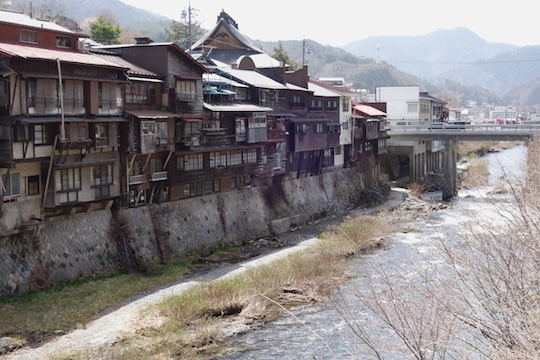 木曽福島の川沿い建物.jpg